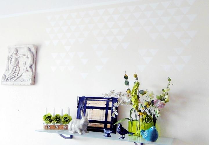 Mur peint avec un pochoir triangles